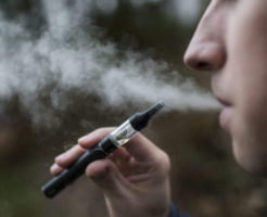 A man inhales from an e-cigarette in Zuerich, Switzerland, January 20, 2014. (KEYSTONE/Christian Beutler)  Ein Mann zieht an einer E-Zigarette am 20. Januar 2014 in Zuerich. (KEYSTONE/Christian Beutler)