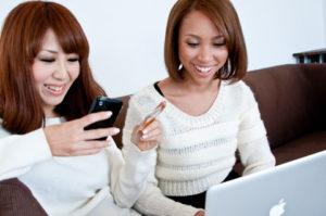 ネットショッピング中の女性